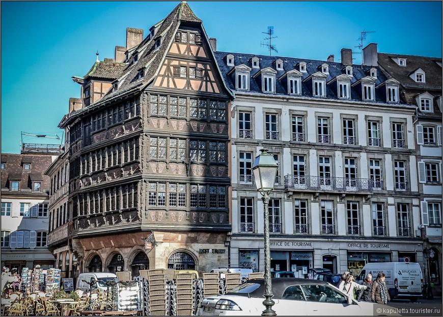 На площади у Собора еще один шедевр  - Дом Каммерцеля, пряничный домик 15 века.  Это также одно из наиболее хорошо сохранившихся позднеготических светских зданий эпохи средневековья на территории бывшей Священной Римской империи, красивейший фахверковый дом эпохи немецкого ренессанса.  Нижний этаж выполнен из камня, верхние же этажи деревянные, украшенные резной скульптурой.