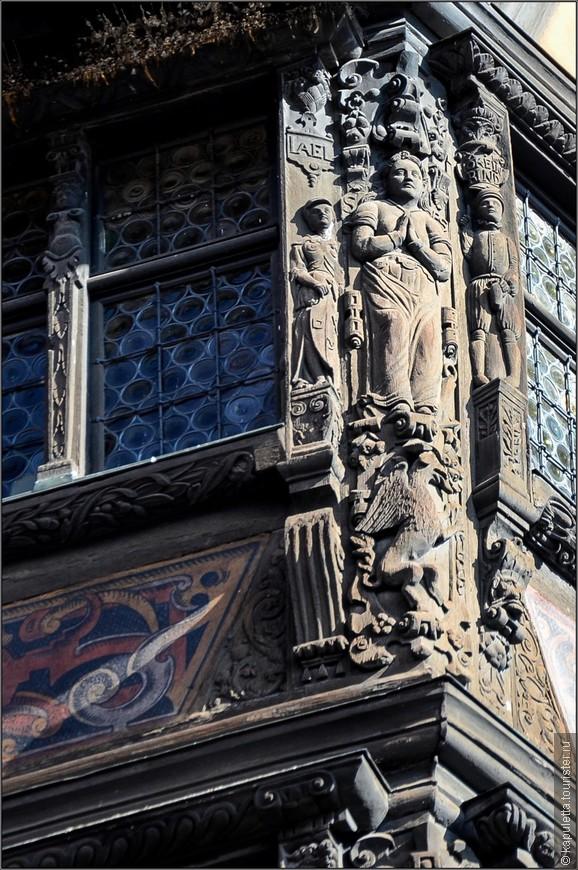 На третьем этаже вырезана фигура Надежды с птицей феникс, символом возрождения и бессмертия