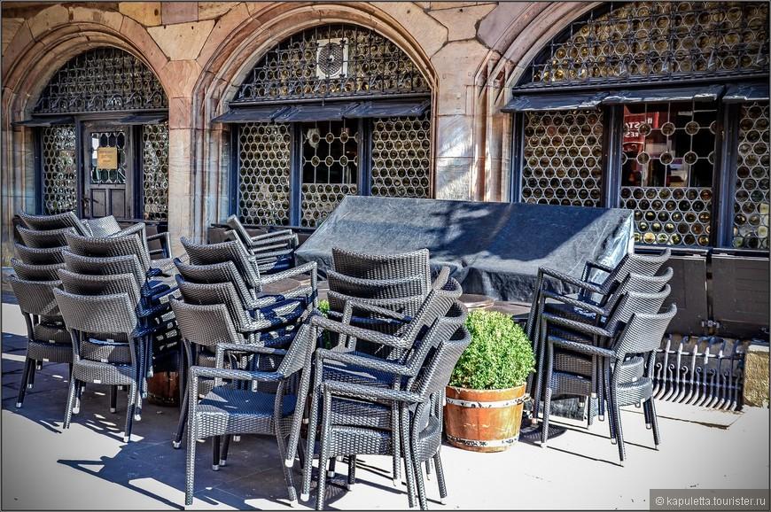 С конца XIX века в доме Каммерцеля обосновался ресторан (винштуб) с великолепным интерьером, а при нем небольшой отель. В ресторане можно попробовать традиционную эльзасскую кухню, насладиться прекрасным видом на Страсбургский собор и полюбоваться роскошными фресками, созданными в 1904-1905 годах эльзасским художником Лео Шнугом . Что касается цен в этом ресторане, то, возможно, они не самые гуманные, однако и не заоблачные.