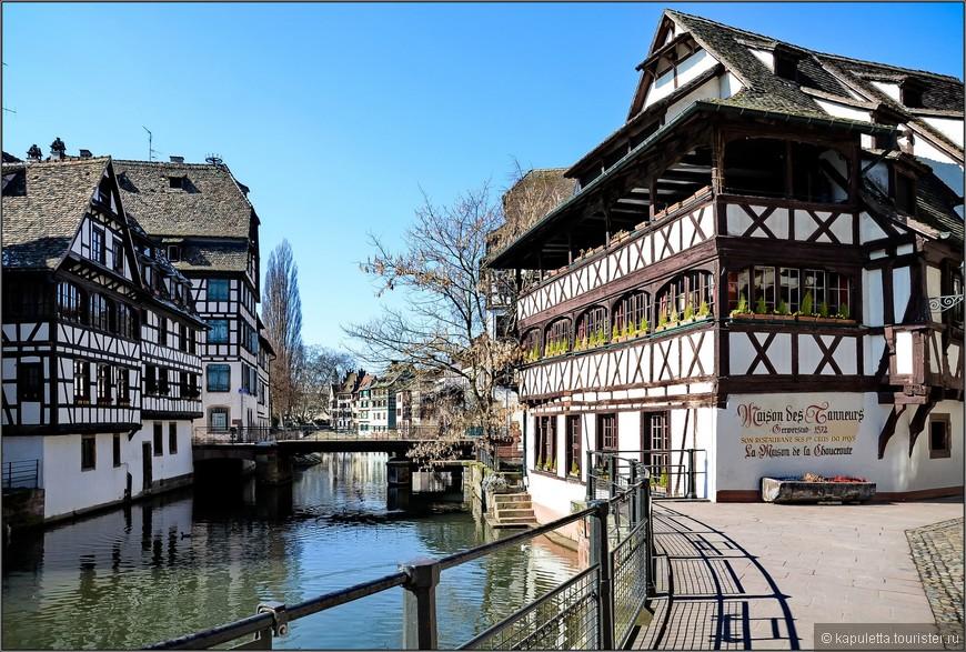 Самым живописным кварталом старого Страсбурга считается Птит-Франс. Много лет назад здесь жили только мельники, рыбаки и кожевники. Их необычные дома с множеством цветов на окнах придают городу какую – то особенную неповторимую атмосферу. Традиционно эльзасские дома имеют остроконечные крыши, окна из цветного стекла и деревянные галереи, а также лоджии.