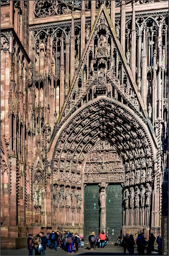 """Виктор Гюго назвал этот Собор """" гигантским и изысканным чудом"""". Огромный собор - настоящее буйство тончайшей каменной резьбы и причудливых горгулий, кружевных шпилей и множества библейских персонажей...."""