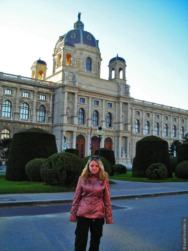 Столица Австрии, город-музей, наполненный великолепными памятниками архитектуры всех мыслимых стилей, а старый центр города в декабре 2001 года даже был внесен в Список культурного наследия ЮНЕСКО. В то же время Вена — современная метрополия, в которой разместились штаб-квартиры различных организаций, таких как ОПЕК и ОБСЕ. Именно в Вене находится одна из трех резиденций ООН в мире, а в Международном Венском центре (UNO-City) разместились МАГАТЭ, УНП ООН, организации по промышленному развитию.