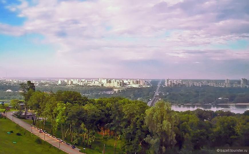 С высоты птичьего полета Киев изумляет своим живописным видом, обилием зелени с причудливо изогнутым руслом Днепра, а также свежими голубыми вкраплениями других водоемов.