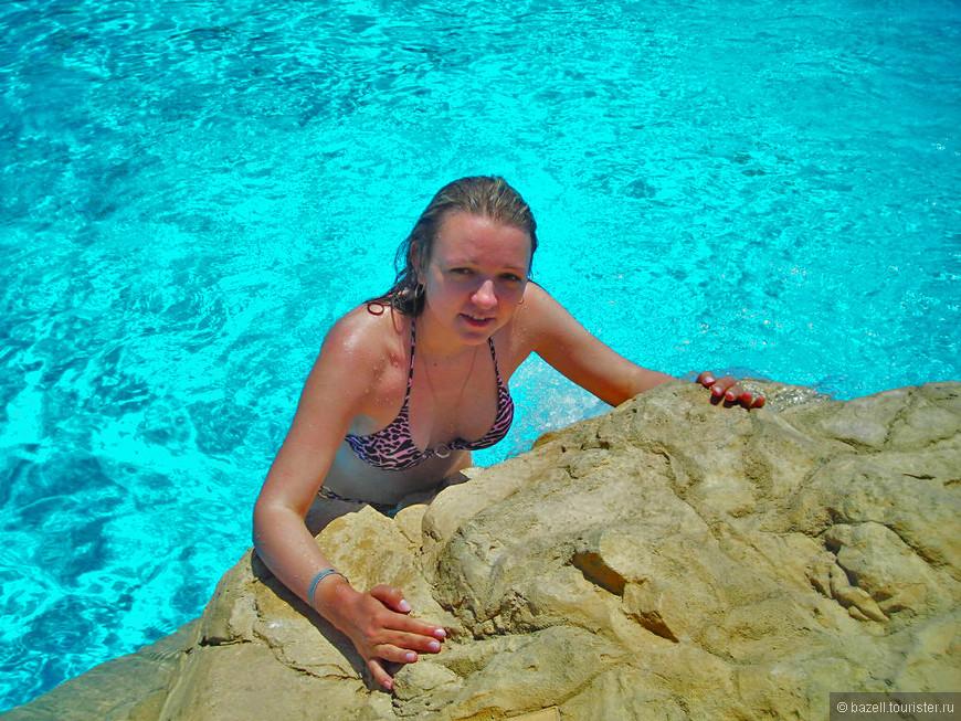Кипр расположен в субтропиках, так что климат здесь соответствующий — субтропический средиземноморский, отличительной чертой которого является достаточно жаркое и сухое лето (от +25 до +40) и теплая и мягкая зима с осадками в виде дождей и температурами приблизительно +10–20 градусов.