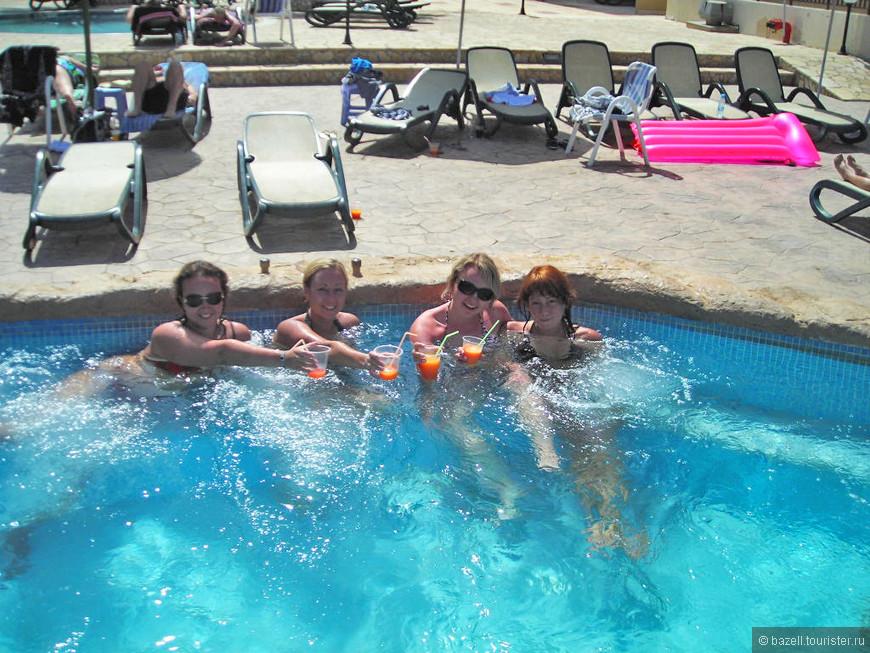 Айя Напа — очень молодой и шумный курорт с активной ночной жизнью, так что особенно прекрасно здесь себя будет чувствовать молодежь, которую наверняка привлекут многочисленные бары, таверны и ночные клубы Айя-Напы. Кроме того, отличный морской отдых здесь обеспечивают золотистые, лучшие песчаные пляжи Кипра, теплые средиземноморские воды и традиционный в таких местах аквапарк.