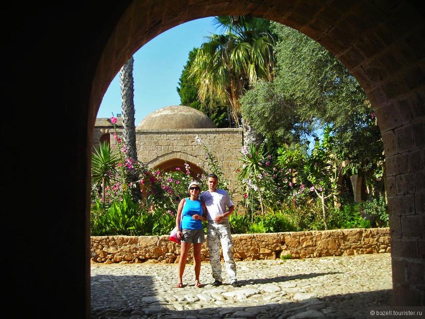 Расположенный в восточной части Средиземного моря Кипр был ареной многих исторических событий, а территория острова осваивалась многими цивилизациями — финикийцами, греками, римлянами, византийцами, англичанами, турками, что, несомненно, оставило множество материальных следов на карте Кипра.