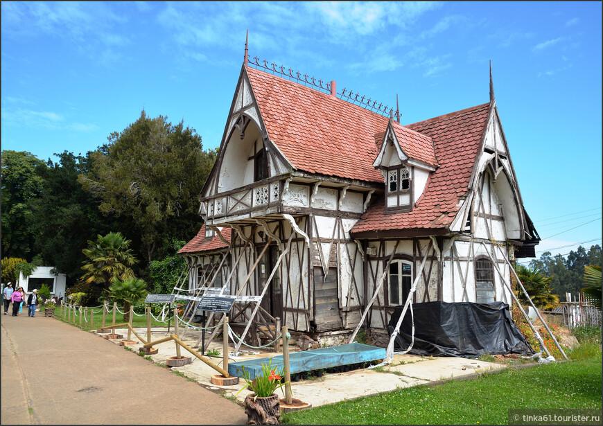 При входе в парк Лоты. Красивый старинный дом на длительной реставрации.