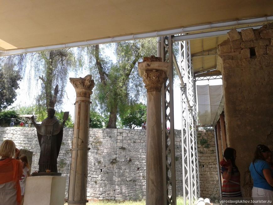 Колонны церкви Святого Николая в Демре.