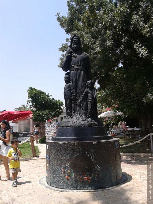 Памятник в Демре.