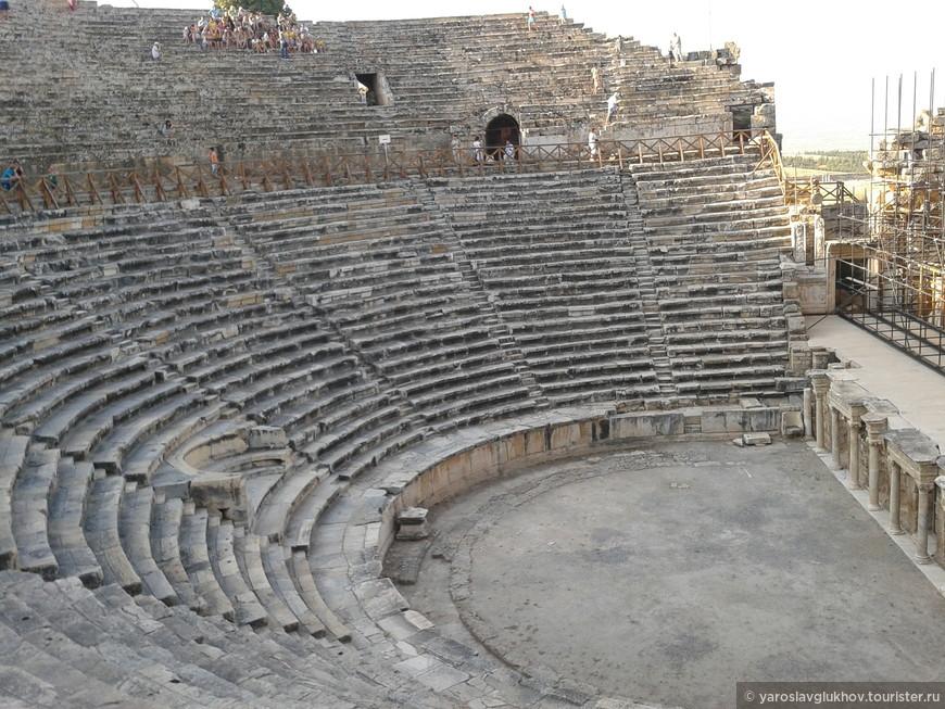 Амфитеатр - это один из крупнейших античных театров в Турции. Вместимость — 10-12 тыс. зрителей. Руины театра подверглись масштабной реконструкции в период 1960-2013 гг. Это видно на фотографии справа.