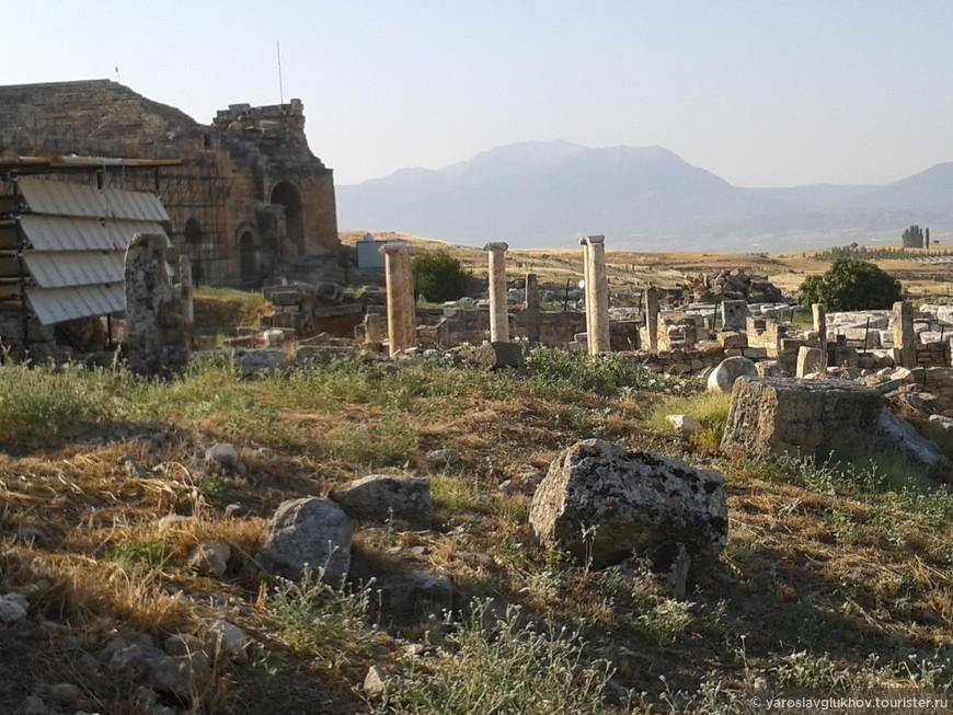 Древнегреческие колонны.