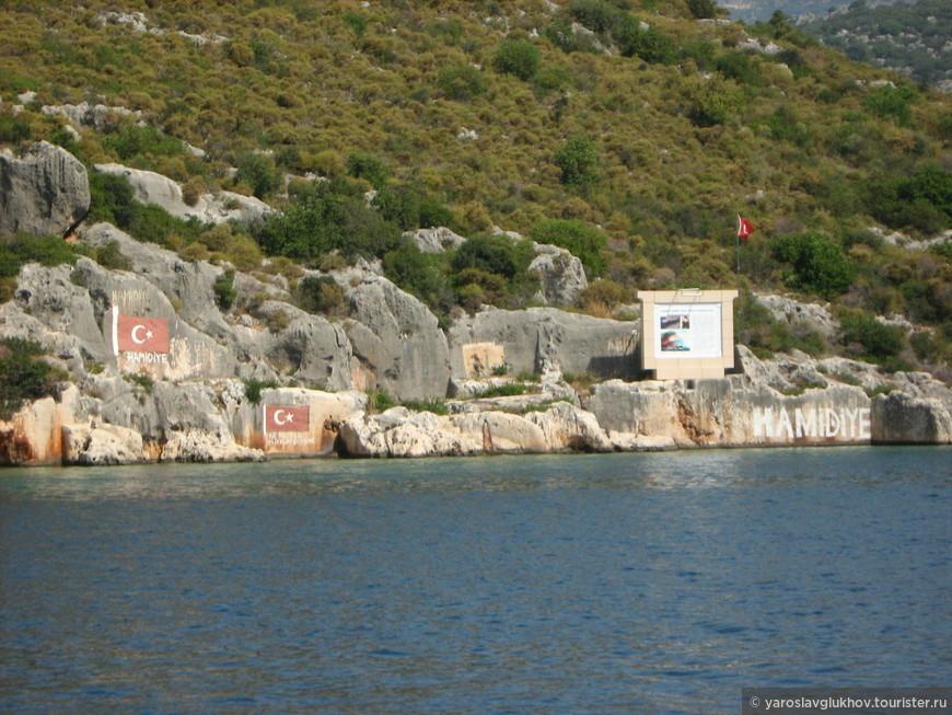 Флаги Турции встречаются очень часто, и даже нарисованные на скалах.