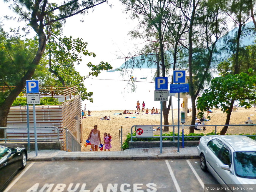 14. Еще один вход в общественный пляж. Море теплое и желтый песок, и хоть Гонконг не пляжный курорт, но при желании тут можно отдохнуть и так.