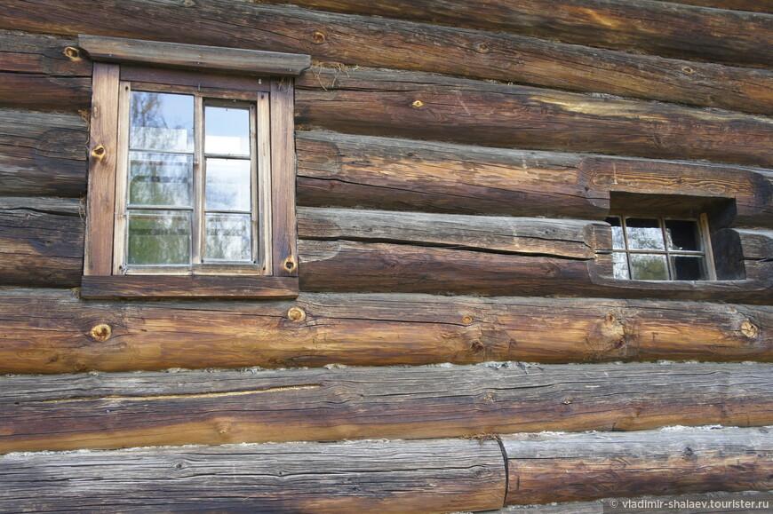 Окна в старину в одном доме могли иметь различную величину и форму.