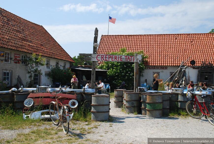 Во время недели Бергмана, да и вообще в летний период, остров Форё - курортная зона, место отдыха, здесь есть несколько замечательных кафе и ресторанов. Их не так уж много, 3-5, но каждый привлекателен по своему, с сервировкой на открытом воздухе.