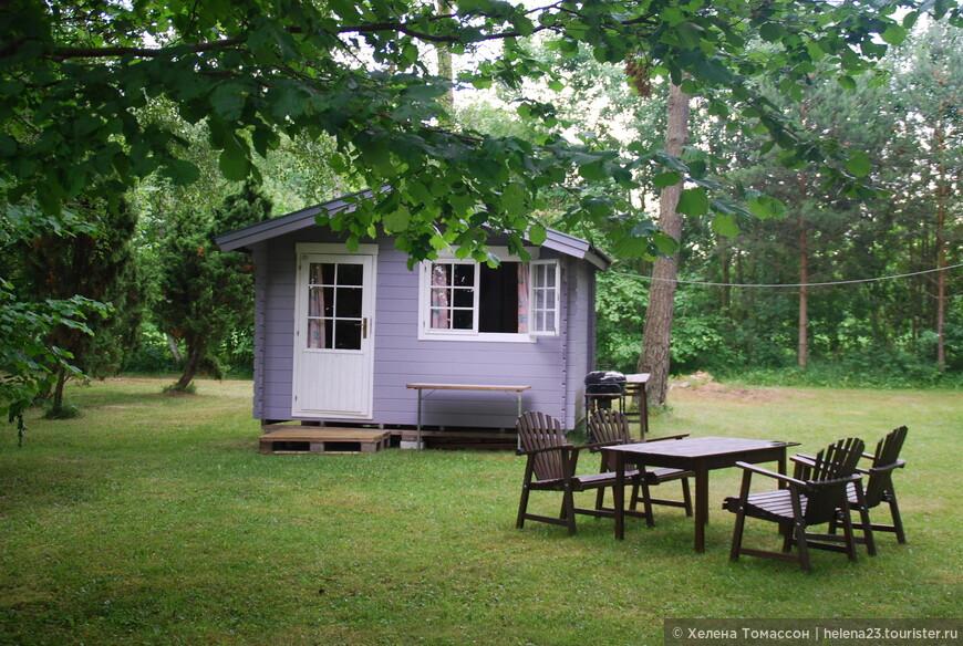 На Форё или Форесунде есть кемпинги, где можно остановится в домике, но также можно попробовать арендовать летний домик у местных жителей, такую деревянную будочку без удобств.