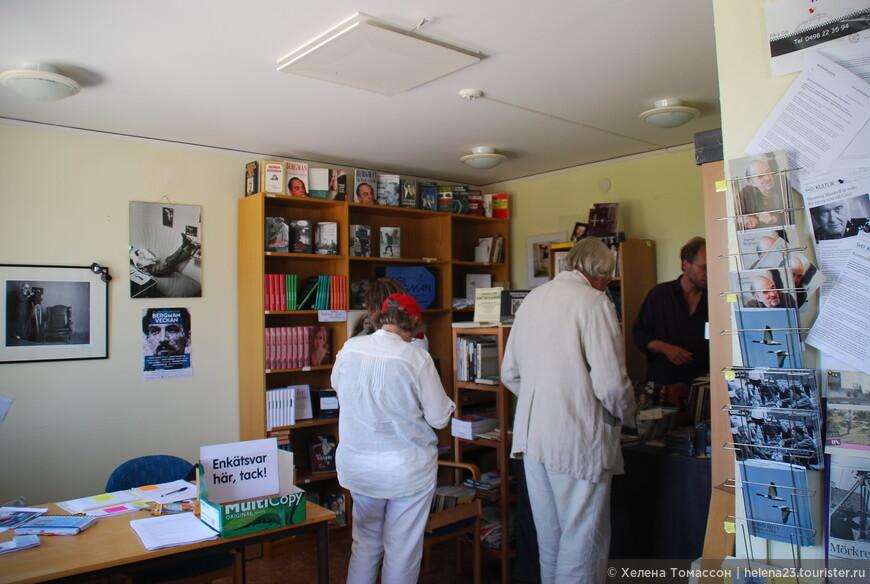 """Букинистический магазин, где продается """"кинолитература""""."""