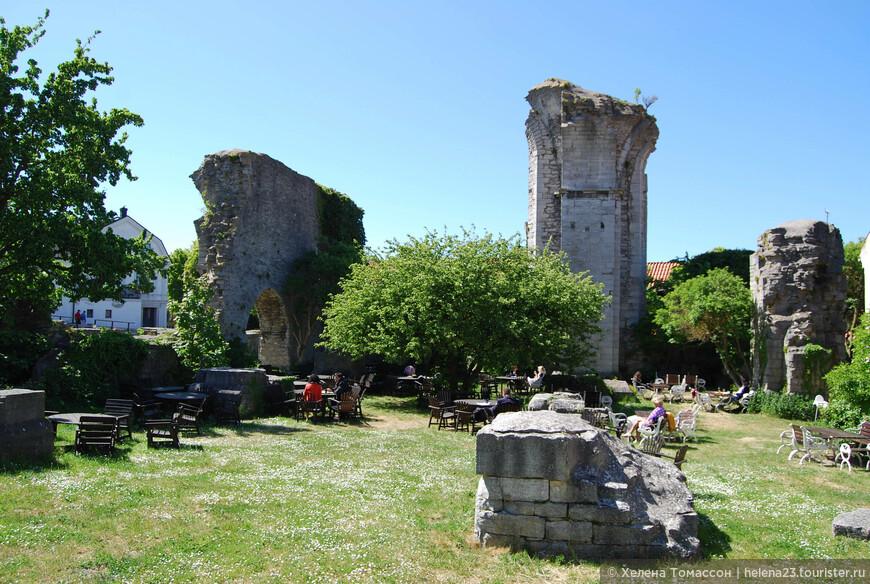 Ресторан, который расположен прямо в руинах старой крепости.  Еда вкусная, кроме этого можно попробовать местного пива. На Готланде есть 2-3 пивоварни.