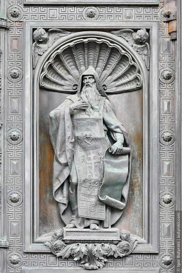 28. Изображение Архангела Михаила на дверях Южного входа в собор.