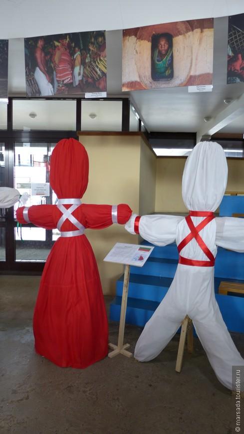 Мартеницы (Болгария) Это символ марта у болгар и македонцев. Это шерстяные фигурки, которые дарят друг другу 1-го марта, чтобы весь год быть здоровыми и счастливыми.  Мартеницы делают женщины накануне праздника из белых и красных ниток. Их привязывают на руку или на пояс. Белые - это мужское начало, красные - женское.  А еще болгары 1 марта разводят костры и сжигают мусор.