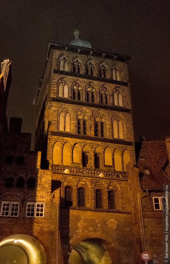 С пятиэтажной башни хорошо просматривались окрестности не предмет недругов.