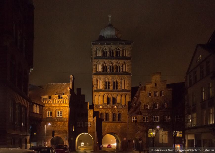 А это вторые сохранившиеся ворота Любека - Бургтор (Burgtor), когда-то здесь была крепость, затем монастырь.