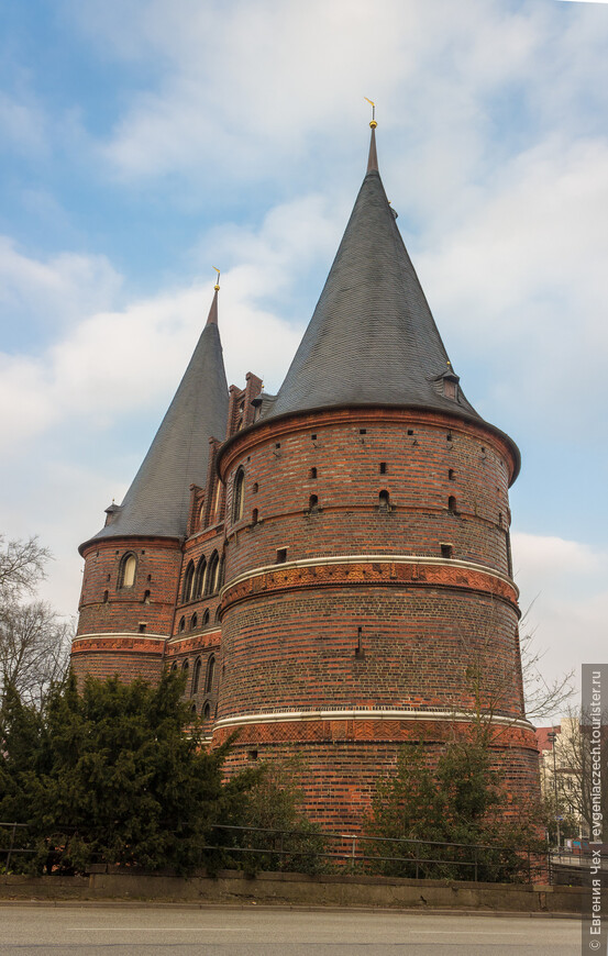 То, что ворота дошли до наших дней - уже чудо. Построены они в 1471 году на болоте, и постепенно оседают, несмотря на реставрации. Сегодня их называют немецкой пизанской башней.