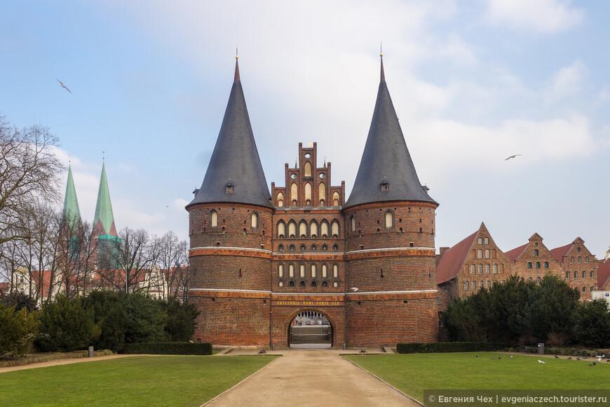 Любек был основан в 1143 году, в устье реки Траве, впадающей в Балтийское море. Богатый город, считавшийся столицей Ганзейского союза, был надежно защищен крепостными стенами и рвом. Это самые знаменитые ворота северной Германии. От Хольстентор начиналась дорога в Голштинию, на что указывает их название.