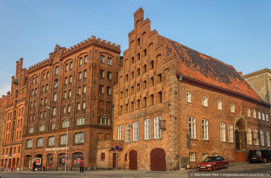 Фабрика по производству марципана (в центре), в 19 веке принадлежала Генриху Манну, отцу обоих братьев писателей Томаса и Генриха Манна.