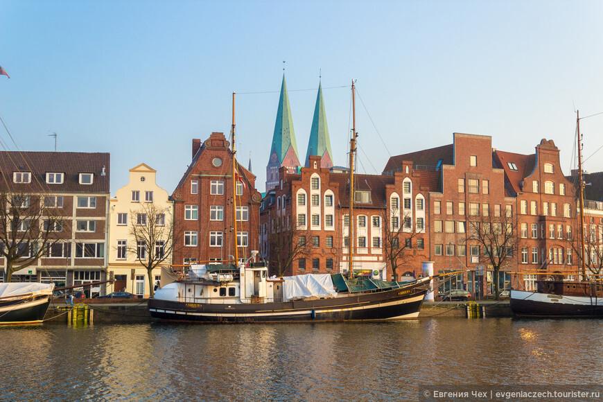 Здесь и сегодня можно увидеть рыбачьи лодки, парусники, торговые суда последних 150 лет.