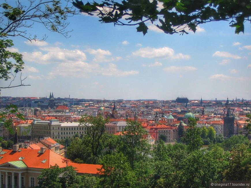 Оранжевые черепичные крыши - имеено они стали для меня символом Праги. Мне нравилось любоваться городом с самых высоких точек, пытаясь угадать по шпилям, что есть что..