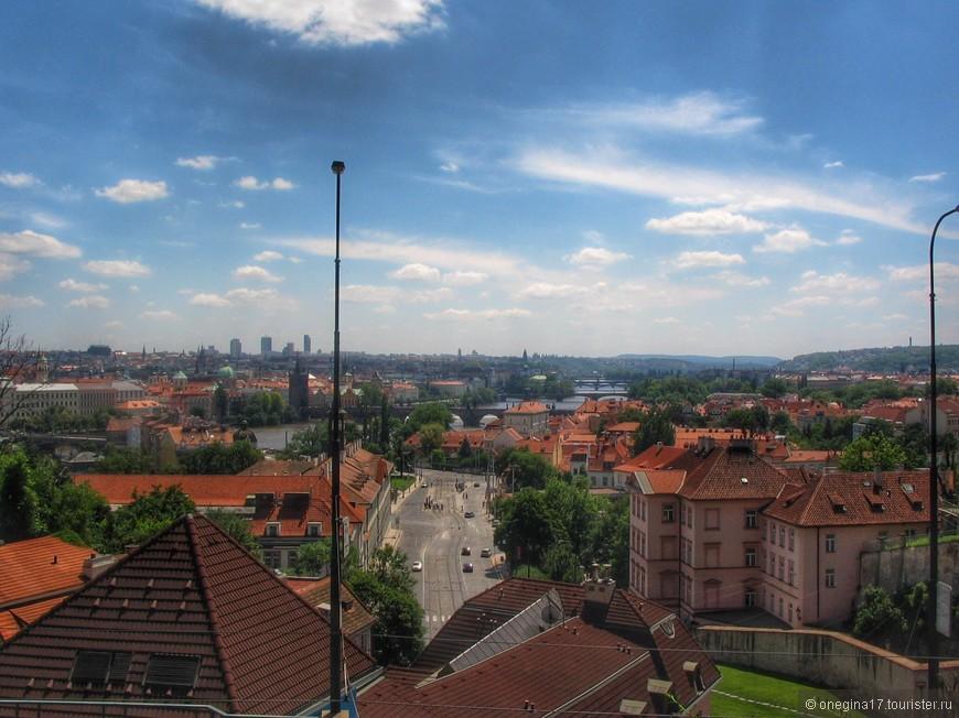 Прага для меня - это Влтава, мосты, перекинутые с берега на берег и невероятные толпы туристов...
