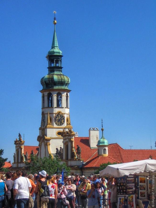Именно в Праге я начала укрепляться в мысли, что в отпуск нужно ездить осенью или весной, когда толпы становятся меньше или исчезают вовсе.