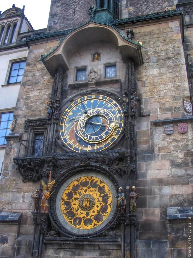 Пражский Орлой - астрономические часы. Каждый час перед зрителями начинается представление, собирающее огромную толпу туристов. А напротив часов - чудесный рыбный ресторанчик, собирающий туристов немножко меньше, но тоже пользующийся популярностью.