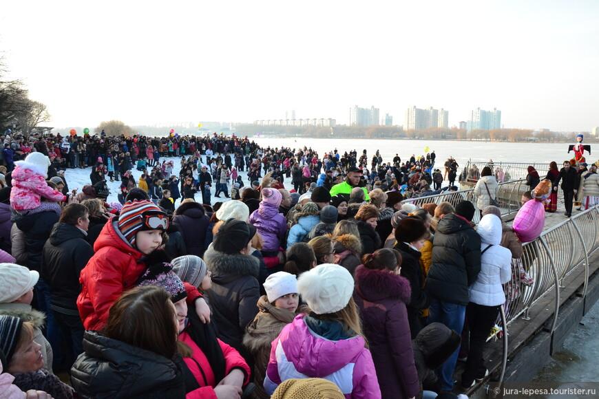 Люди массово спустились прямо на лед водохранилища-без жертв.