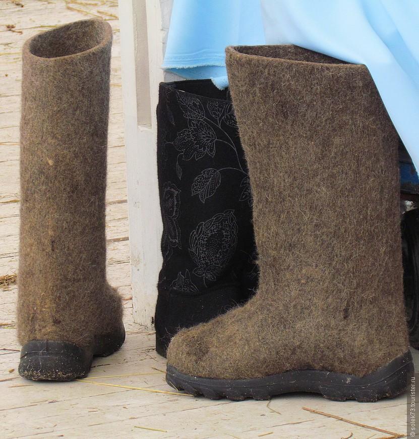 Национальная русская обувь.... хозяин не нашёлся. Отдавали в добрые...ноги)))