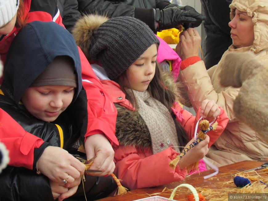 На празднике было очень много детей. И они с огромным интересом что-то самодельничали. Мастер класс по изготовлению Маслёны.