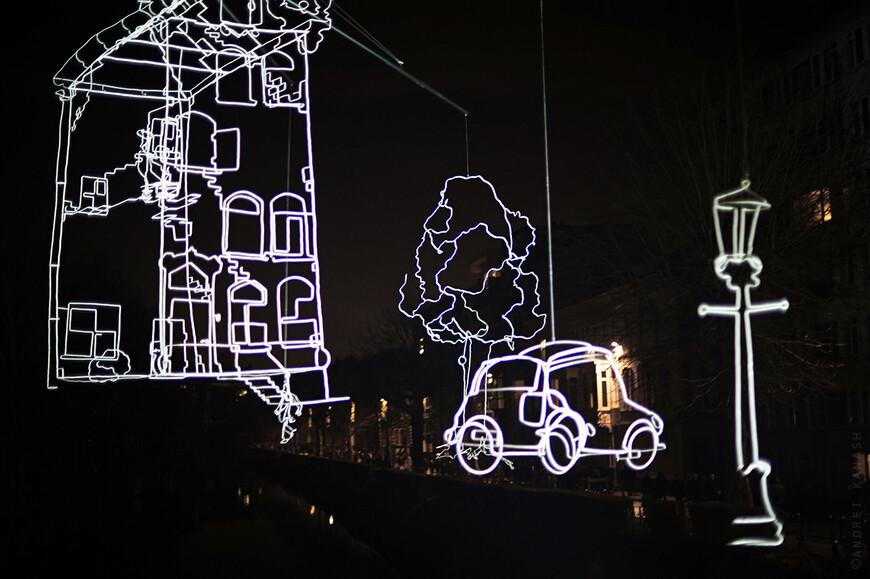Muinkkaai, Ralf Westerhof - Drawn in light Медленно вращающаяся 13 метровая инсталляция с тончайшими линиями из света, вид с моста