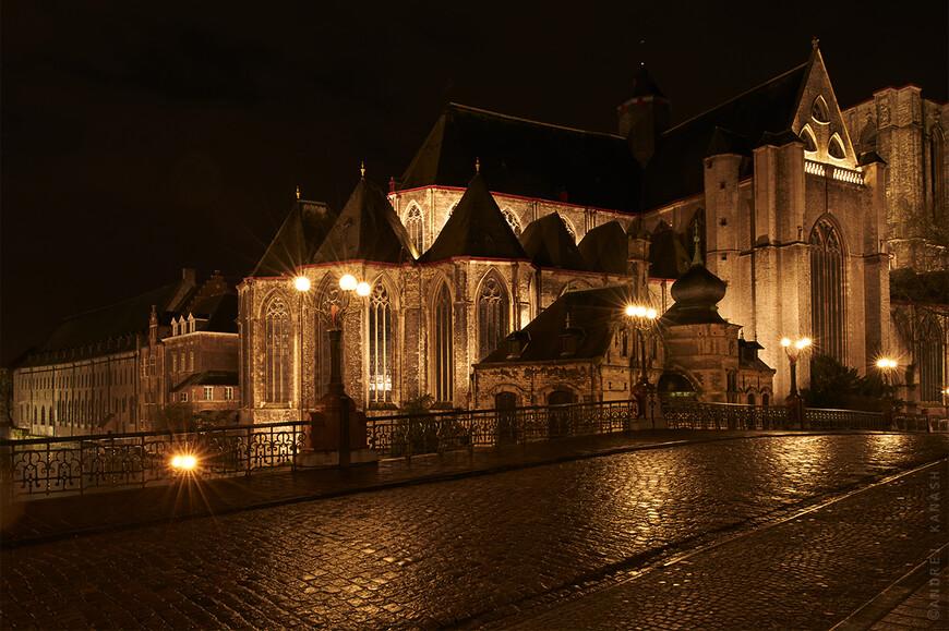 Мост Св. Михаила, церковь Св. Михаила, слева здание 1240 года бывший доминиканский монастырь