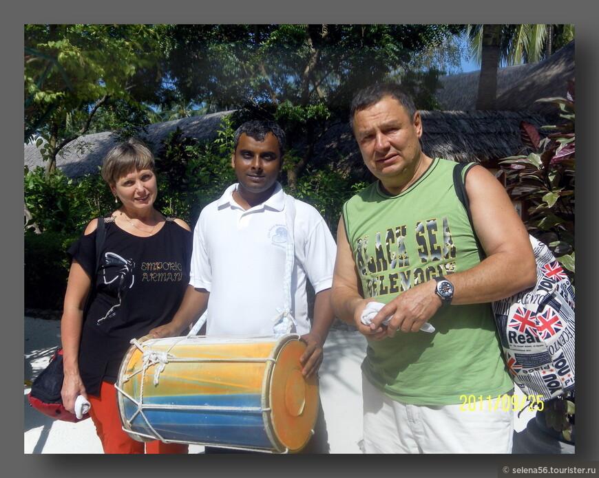 Всех приезжающих на остров встречают с  мелодией барабана , влажными прохладными  салфетками и кокосовым  молочком..