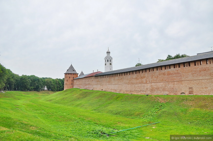 02. Крепостные стены и место где в древности был ров.