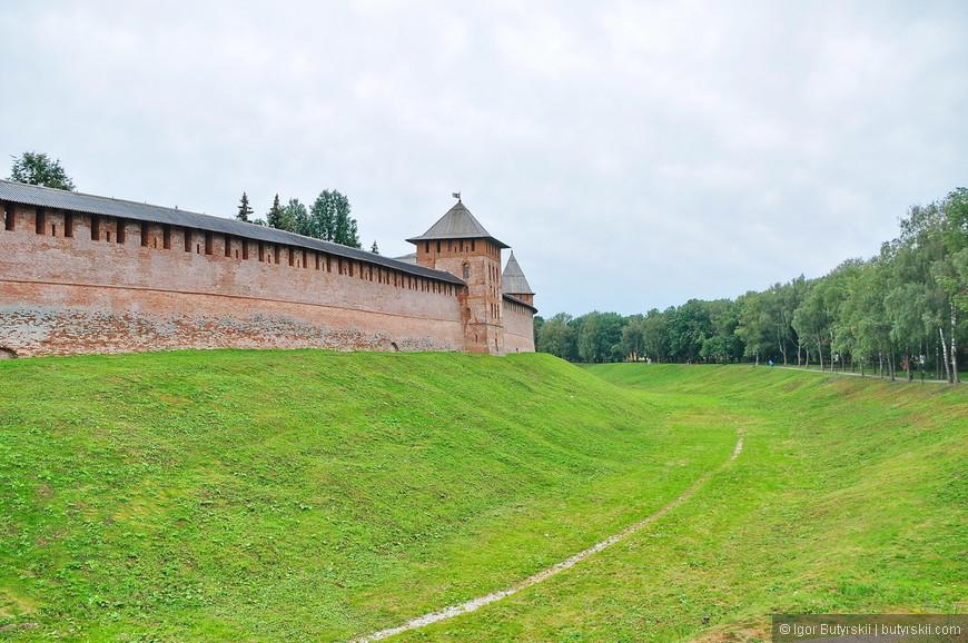 04. Стены сооружены из камня и кирпича на известковом растворе. Её толщина 1—2,5 кирпича. Каменная кладка состоит из известняка и булыжника.