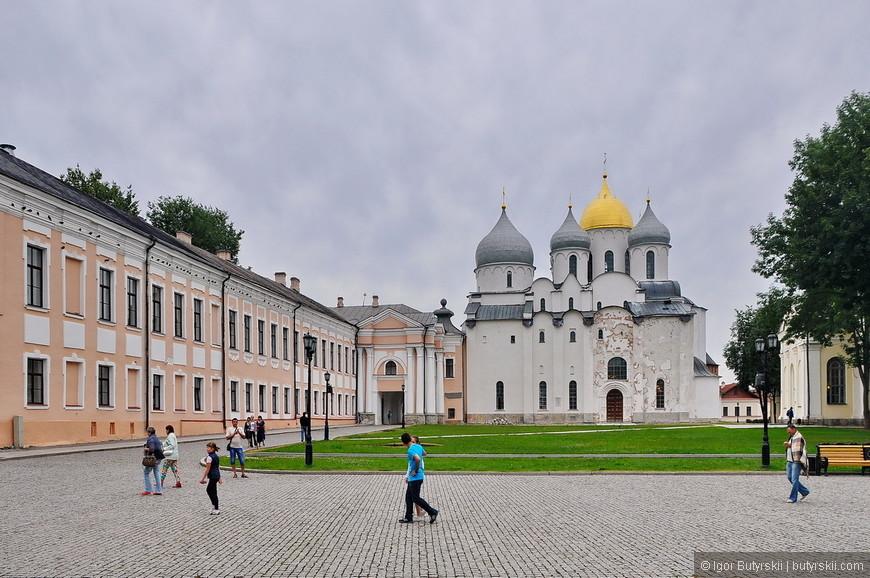 07. Территория кремля чистая, ухоженная – фонари, газон, лавочки все есть.