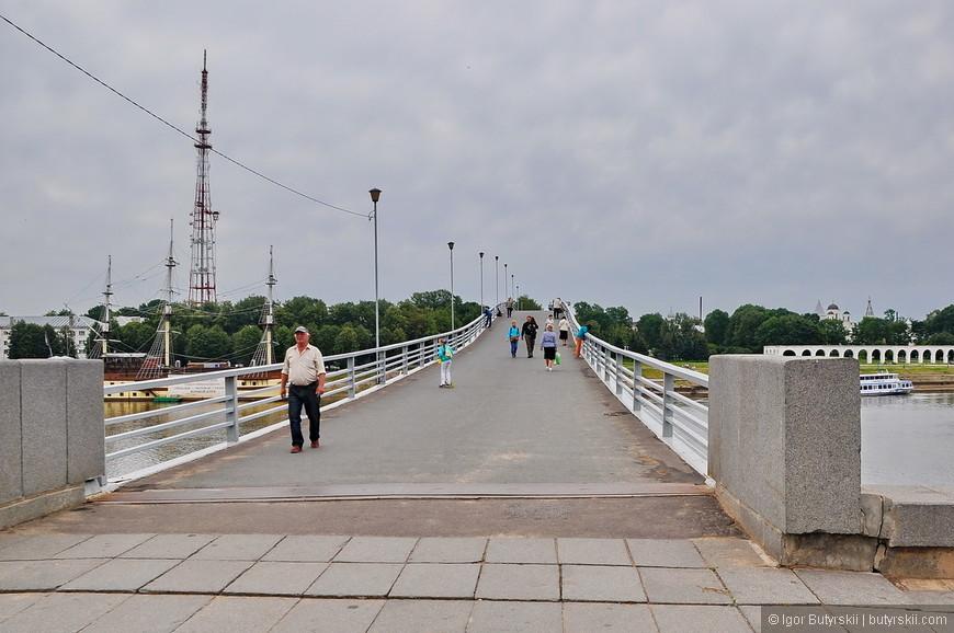 30. Пешеходный мост заасфальтирован, от фонаря запитался ларек с шаурмой и с каждым шагом становится все печальней.