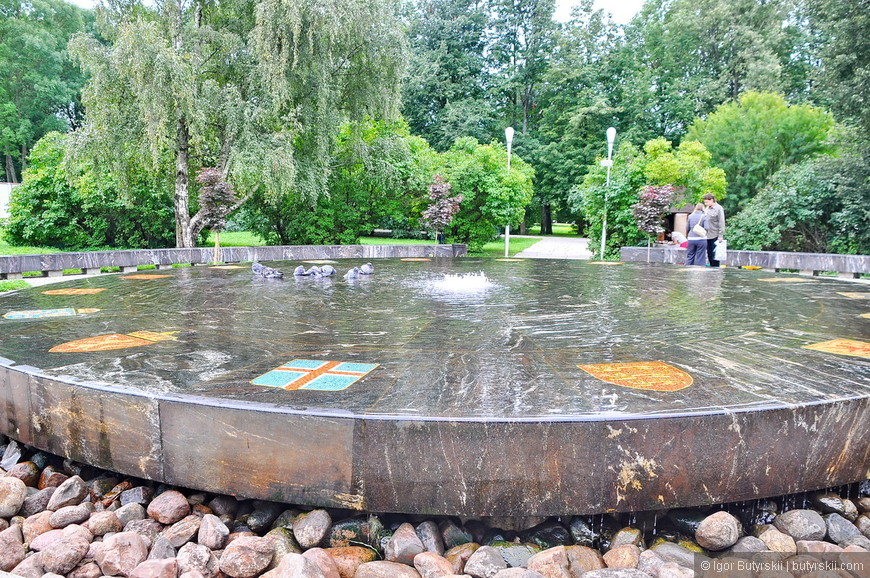 33. Очень крутой фонтан с гербами под водой.