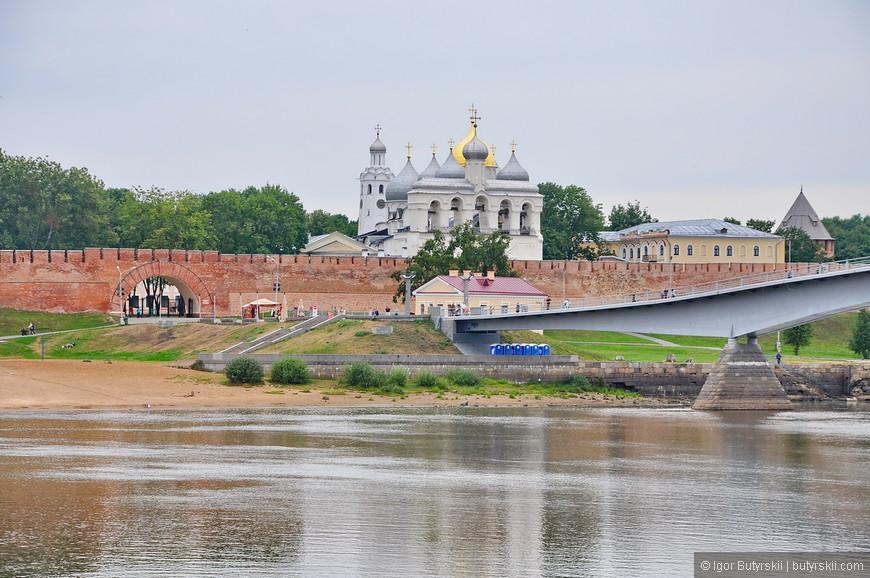 39. Вот вроде все должно быть красиво, но всегда найдутся биотуалеты под мостом, такие мелочи портят всю картину, надо Новгородом и так поиздевались в советское время, и продолжают до сих пор.