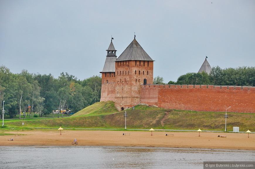 40. Это мог бы стать главным туристическим городом в стране, но на мой взгляд, местные власти этого не хотят. Перед входом в кремль не исторический план, а рынок магнитов, на территории нет указатели и экскурсии, а пони и палатка кока-кола. Наверно в любом другом городе я бы сказал, что он великолепен и невероятно интересен, но к Новгороду у меня были совершенно другие ожидания, которые не оправдались.