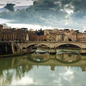 Полет, отражение, тучи над городом. Но мне все не нравится. Даже не знаю, что написать под этой фотографией. Может просто - Рим?