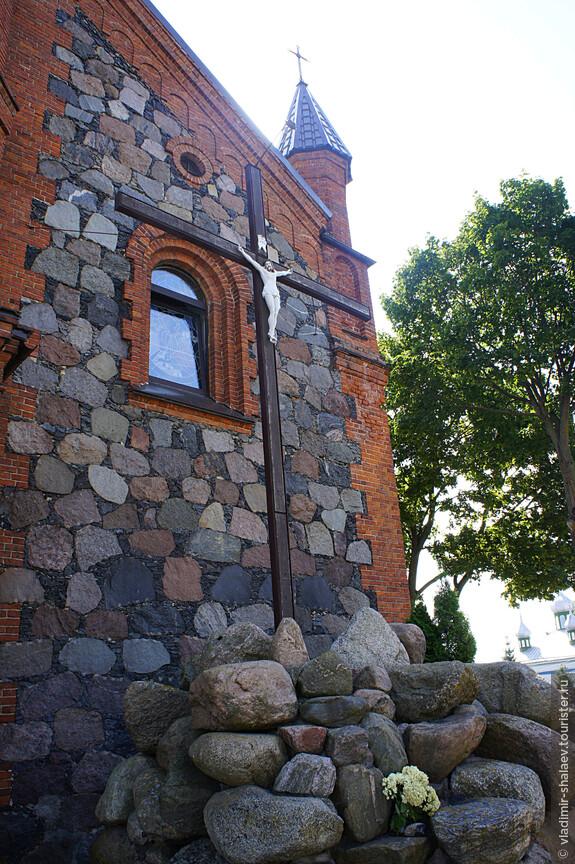 Наибольший интерес представляет кладка стен храма. Основная её часть сложена из расколотого полевого камня.