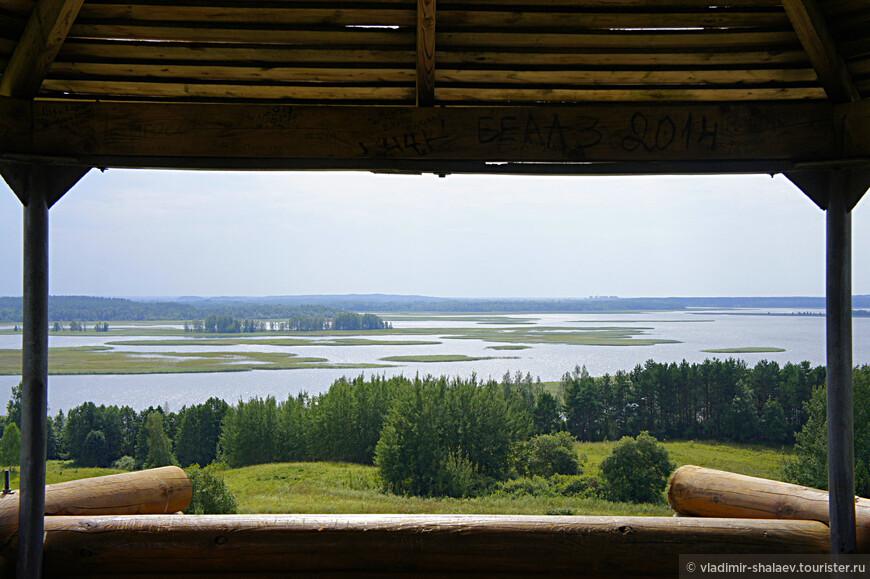 Гора Маяк, вид на озеро Струсто.  Гора Маяк – самая известная и лучшая обзорная точка в окрестностях Браславских озёр, на  самом высоком холме Кезиковских гор А до этого холм назывался горой Бизня. На его вершине сейчас установлена обзорная площадка в виде башни. Отсюда открываются удивительные по красоте, глубине и широте перспективы.
